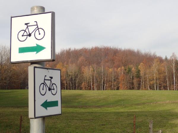 Przykład bardzo dobrze oznakowanego szlaku rowerowego uwzględniającego jego kierunkowość.