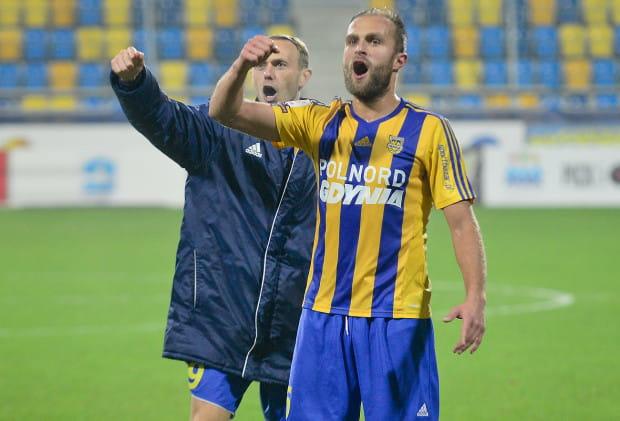 Tak cieszyli się piłkarze Arki po zwycięstwie nad Dolcanem Ząbki. Na zdjęciu: Antoni Łukasiewicz (z prawej) i Grzegorz Lech (z lewej).
