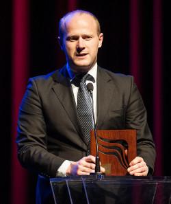 Bartosz Bartoszewicz ze statuetką Skrzydła Trójmiasta za organizację Red Bull Air Race.