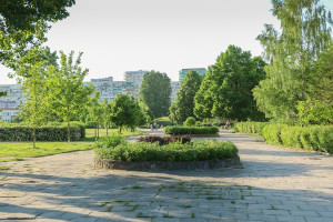 Duży udział terenów zieleni miał rekompensować dużą liczbę mieszkańców w blokach.