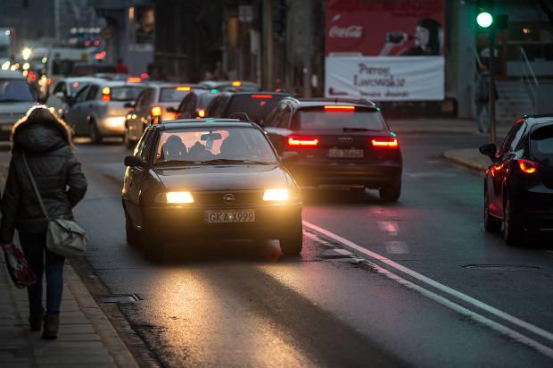 Większość samochodów poruszających się po polskich drogach ma nieprawidłowo ustawione światła mijania.