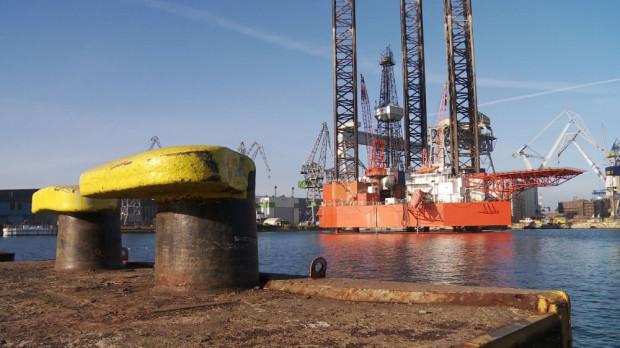 """Platforma wiertnicza """"Petrobaltic"""" miała zostać przebudowana i stać się centrum produkcyjnym na złożu B8. Całość prac wiertniczych miała przejąć platforma """"Lotos Petrobaltic"""". Uruchomienie komercyjnej produkcji ze złoża B8 początkowo planowano na koniec 2015 r. Teraz mówi się o roku 2016."""