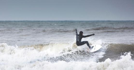 Aby surfować na Bałtyku, wcale nie trzeba czekać do lata. Dla największych pasjonatów czekających na kilkumetrowe fale, zima wcale nie jest wymówką.