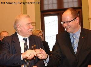 - Na miejscu Grassa zrezygnowałbym z tytułu honorowego obywatela Gdańska - stwierdził Lech Wałęsa. - Grass popierał granicę Polski na Odrze i Nysie Łużyckiej, wbrew większości Niemców mówił o winie Niemców za II wojnę światową - broni pisarza Paweł Adamowicz.
