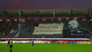 O bohaterskich czynach płk. Dąbka podczas meczów przypominają też kibice Arki Gdynia.