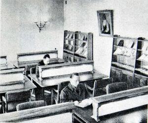 Robotnicy oraz inteligencja pracująca w czytelni MDK pod koniec lat 50. ubiegłego wieku.