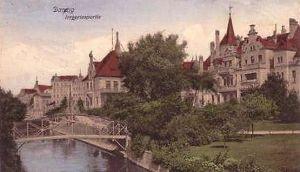 Do połowy XIX w. w miejscu dzisiejszego wiaduktu Błędnik znajdował się ogród-labirynt, od którego zresztą pochodzi nazwa tego miejsca. Później w Gdańsku istniał tzw. Mały Błędnik (niem. Kleine Irrgarten) (na zdjęciu), który przeobraził się w park na Targu Rakowym.