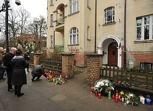 Kwiaty i znicze pod sopockim domem tragicznie zmarłej pary prezydenckiej.