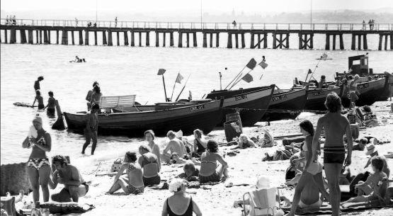 Idealna symbioza: tłumy plażowiczów i kutry rybackie na plaży w Orłowie. Połowa lat 70.