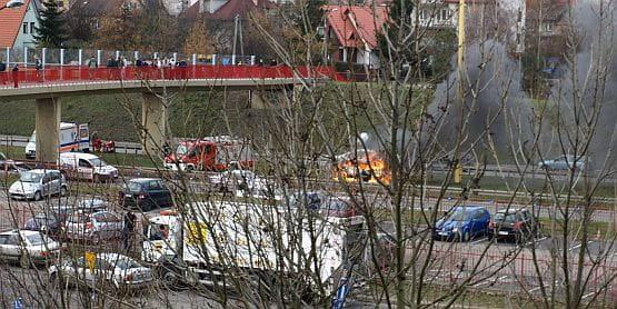 Osobowe auto doszczętni spłonęło w poniedziałek na al. Armii Krajowej w Gdańsku.