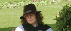 """Warszawianka i gdańszczanka. Debiutowała w 2011 roku powieścią obyczajową """"Grzechy Joanny"""". W ubiegłym roku ukazał się jej pierwszy kryminał zatytułowany """"Monogram"""". """"Jedenaście tysięcy dziewic"""" jest jej trzecią powieścią."""