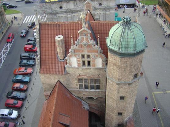 Widok z Wieży Więziennej na wschodnią stronę Katowni. Figura bezgłowego klucznika znajduje się pomiędzy naczółkiem zwieńczonym rzeźbą a otworami okiennymi na najwyższej kondygnacji. Zza Katowni wyłania się Brama Wyżynna.