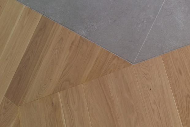 Masa elastyczna pozwala na bezlistwowe połączenia pomiędzy płytkami a drewnem lub pomiędzy różnymi rodzajami drewna. Kolor masy można dobrać do płytek lub drewna.