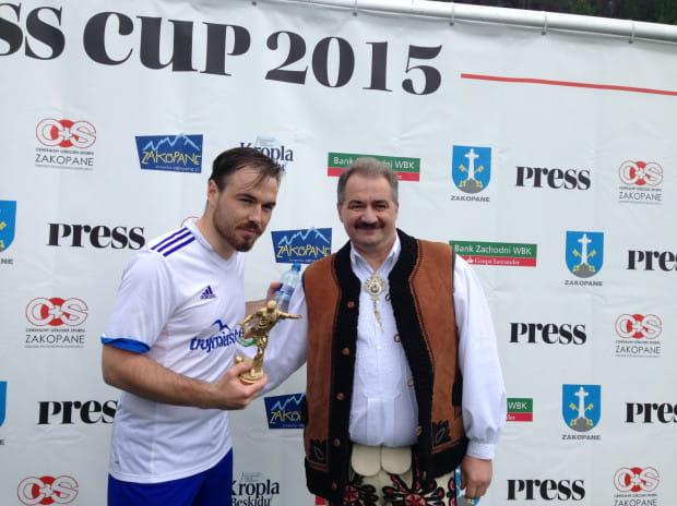 Michał Jelionek odbiera statuetkę dla najlepszego strzelca turnieju z rąk burmistrza Zakopanego Leszka Doruli.