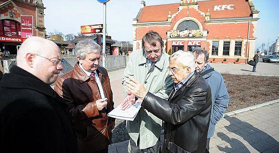Frank Meisler (w czarnej skórzanej kurtce) w czasie wtorkowej wizji lokalnej, w miejscu gdzie stanie pomnik Kindertransportów. Dokumenty trzyma w ręku dyrektor ZDiZ Mieczysław Kotłowski.