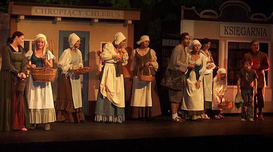 """Karolina (piąta od lewej) podczas próby """"Pięknej i Bestii"""" w Teatrze Muzycznym"""