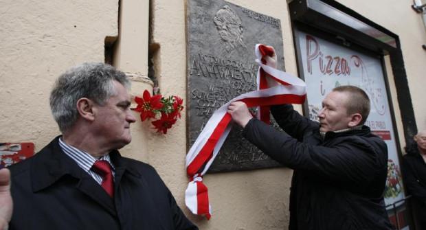 Odsłonięcie w 2011 r. tablicy pamiątkowej na budynku, w którym mieszkała Anna Walentynowicz. Budynek znajduje się kilka kroków od skweru. Nz. od lewej: Bogdan Oleszek, przewodniczący Rady Miasta oraz Piotr Walentynowicz, wnuk zmarłej.