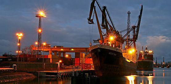 Polskie porty niczym kania dżdżu potrzebują nowej ustawy, która w spójny sposób określi zasady ich działalności. Nz. port w Gdańsku nocą.