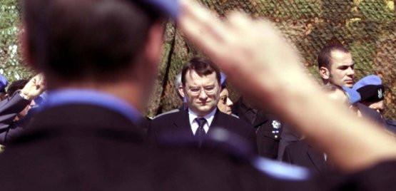 Marek Biernacki jako minister spraw wewnętrznych i administracji z wizytą u polskich policjantów w Kosowie.