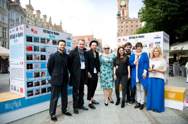 """W ramach akcji """"Kultura na widoku"""" w całej Polsce na ulicach stawiane są wirtualne regały z legalnymi źródłami muzyki, filmów."""