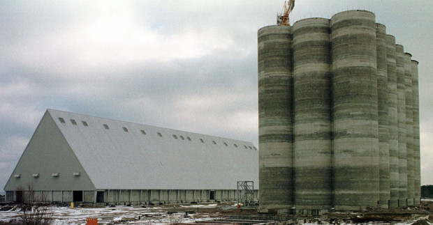 Na działce znajduje się m.in: południowa część Pirsu Rudowego o długości 602,4 m oraz magazyn płaskiego składowania o powierzchni użytkowej 8,7 tys. m kw. i bateria silosów żelbetowych o powierzchni użytkowej 1,6 tys. m kw.