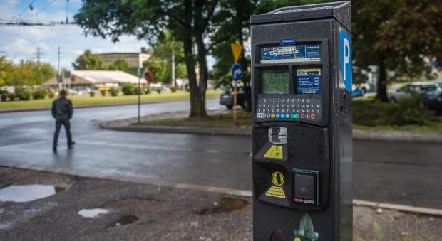 Ustawa sprzed ponad dziesięciu lat narzuciła opłaty za parkowanie na terenie całego kraju, ograniczając tym samym politykę parkingową gmin.