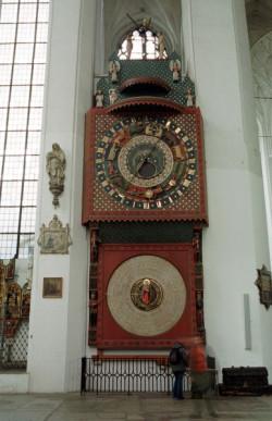 Zegar we wnętrzu Bazylik Mariackiej. Zegarmistrz Hans, który go konstruował, zginął z ręki burmistrza, który nie chciał się zgodzić na związek swojej córki z rzemieślnikiem.