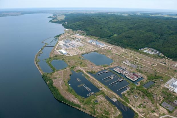 W 2017 roku zostanie wskazany preferowany wariant lokalizacyjny i alternatywny elektrowni. Na obecnym etapie PGE EJ 1 rozważa trzy potencjalne lokalizacje elektrowni na terenie trzech pomorskich gmin: Choczewo i Lubiatowo-Kopalino w gminie Choczewo oraz Żarnowiec w gminach Krokowa i Gniewino.