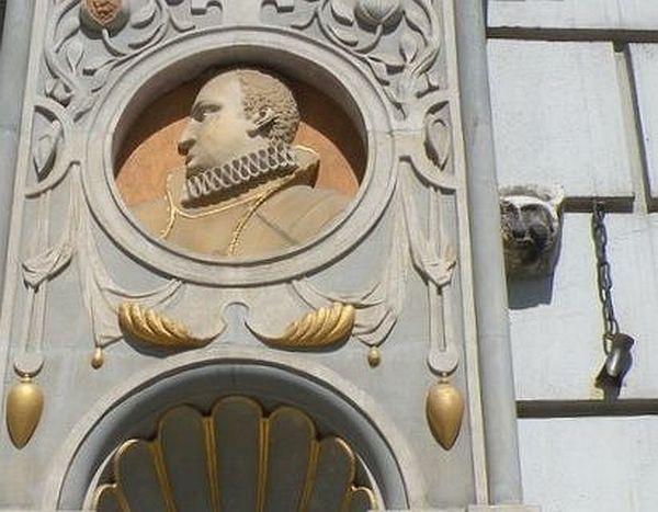 Czarci ząb po dziś dzień wisi na łańcuchu przy wejściu do Dworu Artusa.