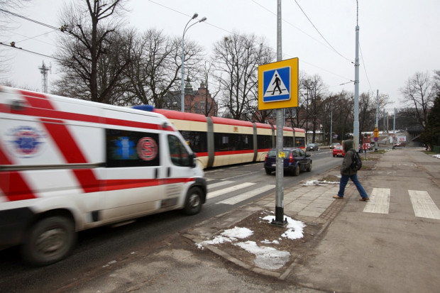 """Dzisiaj pieszy ma pierwszeństwo tylko, gdy znajduje się na przejściu. Kierowcy nie zwalniają więc przed pustymi """"zebrami""""."""