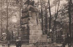 Pomnik na Pachołku przed I wojną światową. Cokół zwieńczony był pruskim orłem odlanym z brązu.