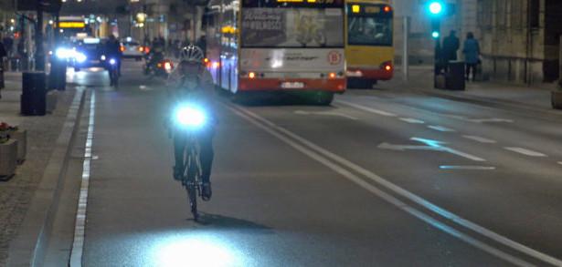 Dobre oświetlenie rowerzysty jest po zmroku konieczne.