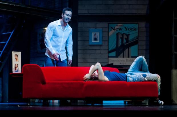 """Sebastian Wisłocki w roli Sama radzi sobie całkiem nieźle, jednak oboje z Mają Gadzińską nie są do końca wiarygodni i w najbardziej emocjonalnych momentach """"chowają się"""" za swoim warsztatem."""