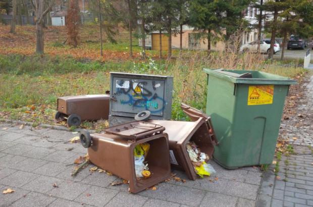 Silny wiatr bez problemu przewraca pojemniki na odpady. Nz. śmietniki przy Jaśkowej Dolinie.