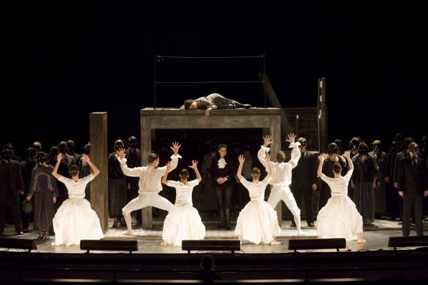 Opera rozgrywa się w dwóch wymiarach, związanych z miejscem pracy Stanisławy - stół i krzesło, służące jej do pisania, w scenografii Hanny Szymczak często przybierają monstrualne rozmiary.
