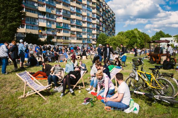 Streetwaves było połączeniem festiwalu artystycznego z piknikiem. Odcinki będą kontynuować tę formułę, ale zamiast dwóch dni potrwają jeden i skupią się na konkretnej lokalizacji Gdańska, a nie całej dzielnicy. Na zdjęciu pierwszy dzień tegorocznego Streetwaves na Przymorzu.