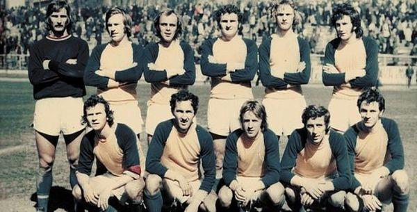 Wiesław Kędzia (trzeci z prawej w górnym rzędzie) jako piłkarz dwukrotnie z Arką świętował awans do ekstraklasy.
