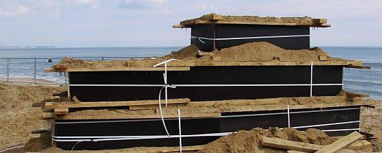 Na tej podstawie rzeźbiarze zbudują piaskowego lwa.