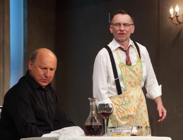 """""""Kolacja dla głupca"""" to popis Krzysztofa Tyńca (po prawej) i Piotra Fronczewskiego (po lewej), którzy bawią tym spektaklem publiczność już od 14 lat. Już 1 lutego przedstawienie ponownie znajdzie się na deskach Teatru Muzycznego."""