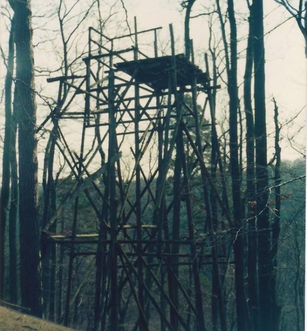 Pozostałości skoczni narciarskiej na zboczu leśnym w Oliwie.