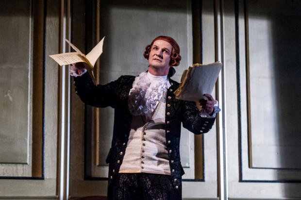 """Wybitną kreację Salieriego w spektaklu Teatru Miejskiego w Gdyni """"Amadeusz"""" stworzył Piotr Michalski."""