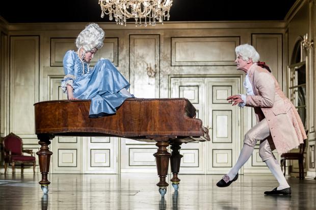 """Kostiumowy """"Amadeusz"""" Teatru Miejskiego w Gdyni zaskakuje konsekwencją dramaturgiczną, bardzo sprawną reżyserią i równą, udaną grą aktorską całego zespołu."""