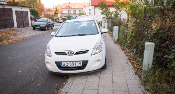 Średnia wysokość mandatu za złe parkowanie w 2015 r. wyniosła mniej niż opłata za brak ważnego biletu w tramwaju czy autobusie. Nz. nowy chodnik na ul. Podleśnej.