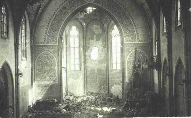 Zniszczone wnętrze kościoła podczas końcowej fazy II wojny światowej.