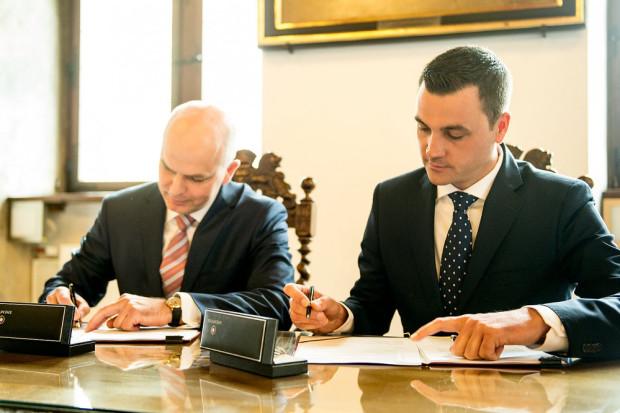 State Street wprowadzi się do jednego z obiektów gdańskiej Alchemii. Spółka wynajmie w sumie 14 tys. m kw. Na zdjęciu: Sławomir Gajewski (z lewej), prezes firmy Torus i Scott Newman, dyrektor zarządzający State Street Bank Polska podpisują umowę.