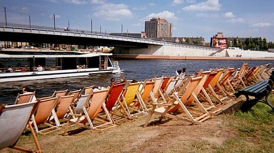 Na nabrzeżach Szprewy rozlokowały się bary, z których można podziwiać kursujące po rzece i wożące turystów statki białej floty.