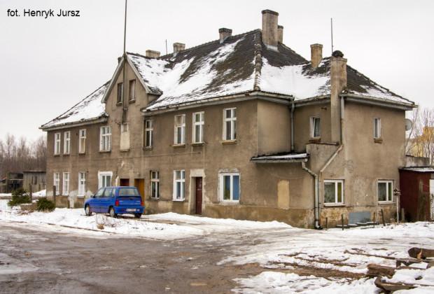 Tak budynek stacji Gdańsk Kanał Kaszubski wyglądał w marcu 2011 r. Wtedy był jeszcze zamieszkany.
