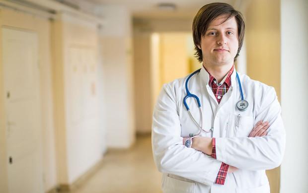 Jedną z większych bolączek młodych lekarzy jest dostanie się na specjalizację, na której im zależy. Jeśli się to nie uda, mogą czekać pół roku na kolejny nabór lub zacząć realizować specjalizację za darmo. Wolontariat to nie tylko 40 godzin pracy tygodniowo, zdarza się, że to także  bezpłatne dyżurowanie i samodzielne ubezpieczenie OC. Na zdjęciu Jerzy Iskrzycki, lekarz na pierwszym roku rezydentury, członek Komisji Młodych Lekarzy.