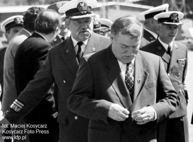 Zdjęcie z 1994 roku, kiedy Lech Wałęsa był prezydentem RP. Część historyków zarzuca mu, że właśnie w okresie swojej prezydentury zniszczył część dokumentów mających świadczyć o jego współpracy z SB.