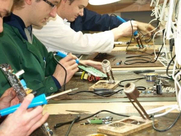 Technika i zawodówki coraz częściej przyuczają swoich uczniów do wykonywania zawodu w firmach zewnętrznych. Często to dla młodych ludzi szansa na szybkie zatrudnienie.